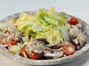 Картофельный салат с куриной печёнкой и красным луком