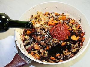 Грибное рагу с говядиной в вине со специями