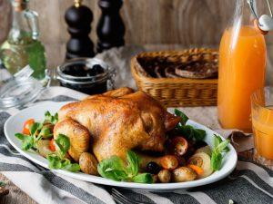 Цыпленок с яблоками и сливами, приготовленный в таджине