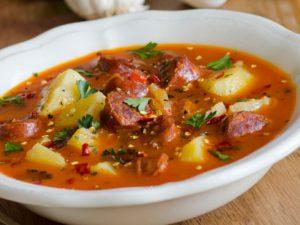 Гороховый суп с копченой колбасой и сухариками