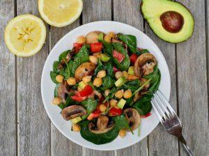 Легкий и полезный салат с нутом и шампиньонами