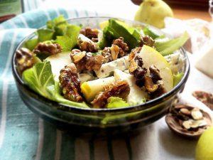 Теплый салат с грецкими орехами, уткой и гранатом