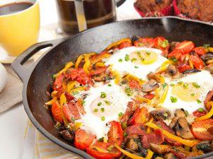 Ужин на скорую руку – готовим оригинальную яичницу с острыми овощами