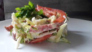 Весенний салат с молодой капустой и копченостями