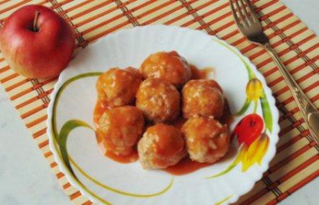 Тефтели с яблоками и сыром в соусе