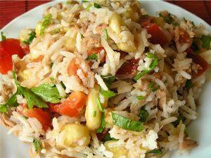 Салат с тунцом, рисом и бананом