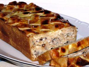 Блинный пирог из рулетиков с мясом и грибами