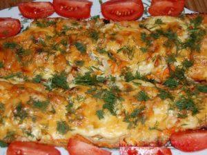 Рыба, запеченная с луком и сыром