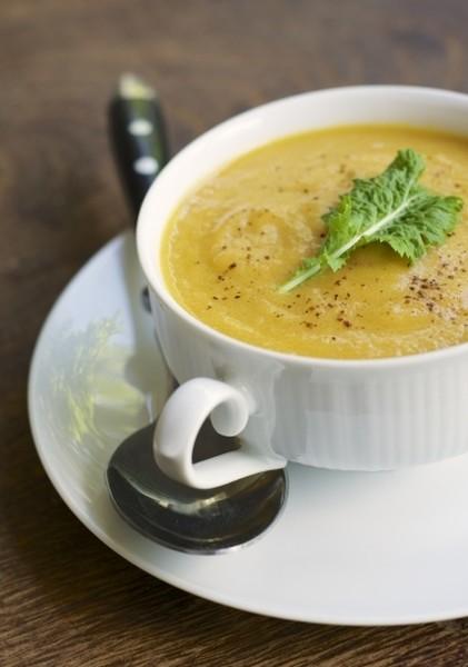 Марокканский крем-суп из цветной капусты, моркови, яблок и фисташек