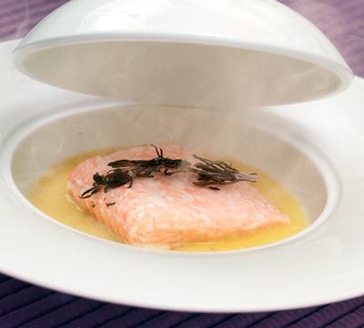 Паровой лосось с розмариновым дымком на соусе «Шампань»