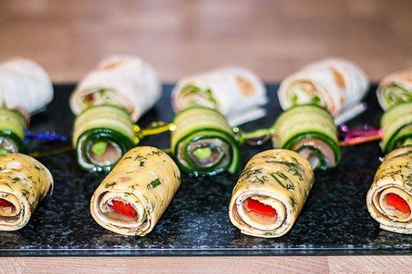 Простые роллы с лососем к праздничному столу
