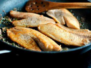 Нежная форель с картофелем в горшочке к ужину