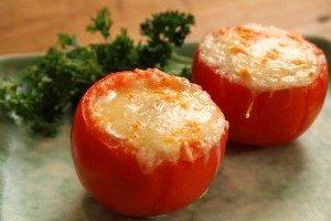 Яйца запеченные в помидорах