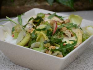 Салат с сельдереем и цикорием
