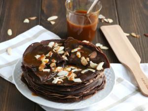Веганские шоколадные блинчики с карамелью