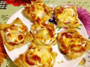 Мини-пицца на слоеном тесте