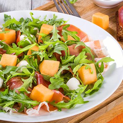 Дынный салат с копченостями