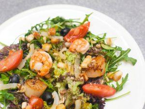 Салат с помидорами банч и дарами моря