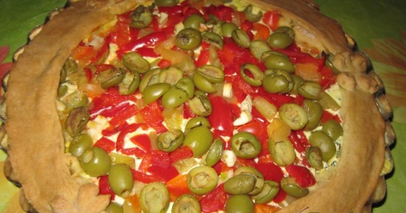 Пирог с сыром, перцем и оливками
