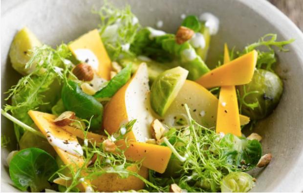 Салат с брюссельской капустой и грушей