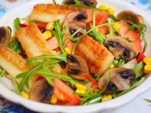Жареный овощной салат из киноа с поджаренным на гриль-сковороде сыром халлуми