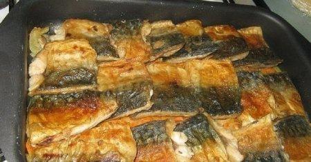 Рыба, запеченная с луком и морковью