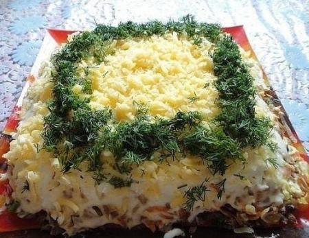 Салат с куриной печенью и солёными огурчиками