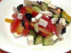 Простой греческий салат с сыром фета