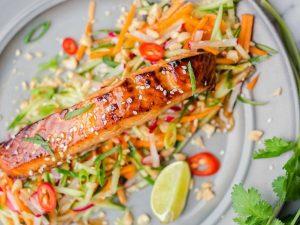 Лосось по-азиатски с морковью и огурцом