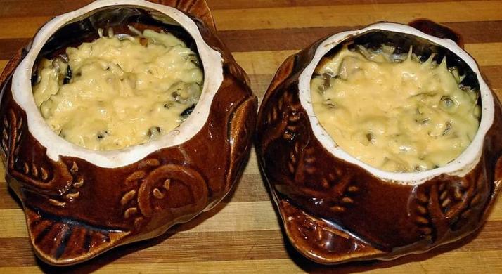 Жульен в горшочках с курицей и грибами