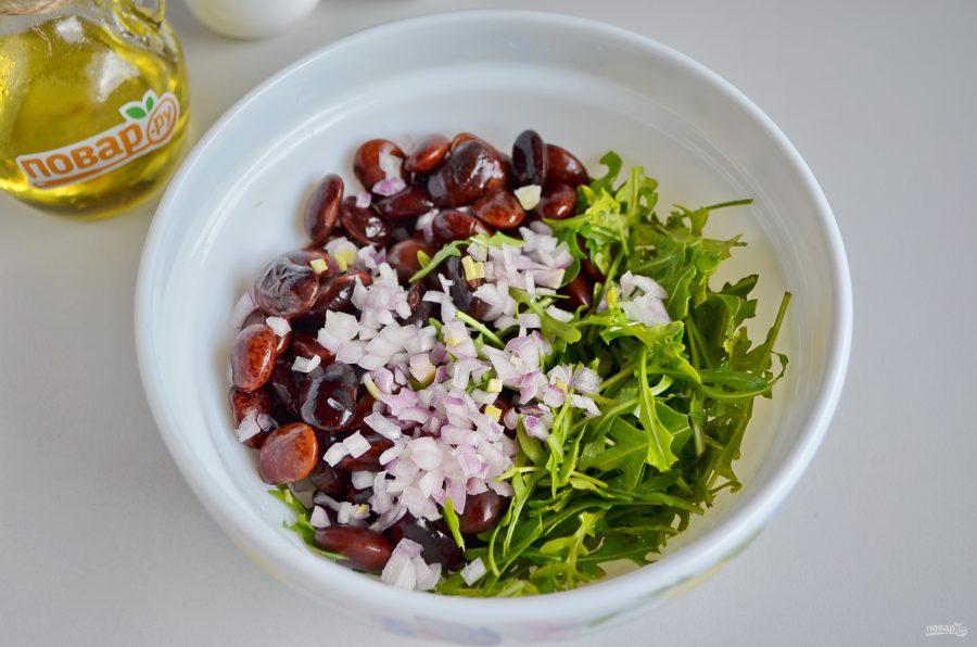 Салат из творожного сыра, рукколы и фасоли