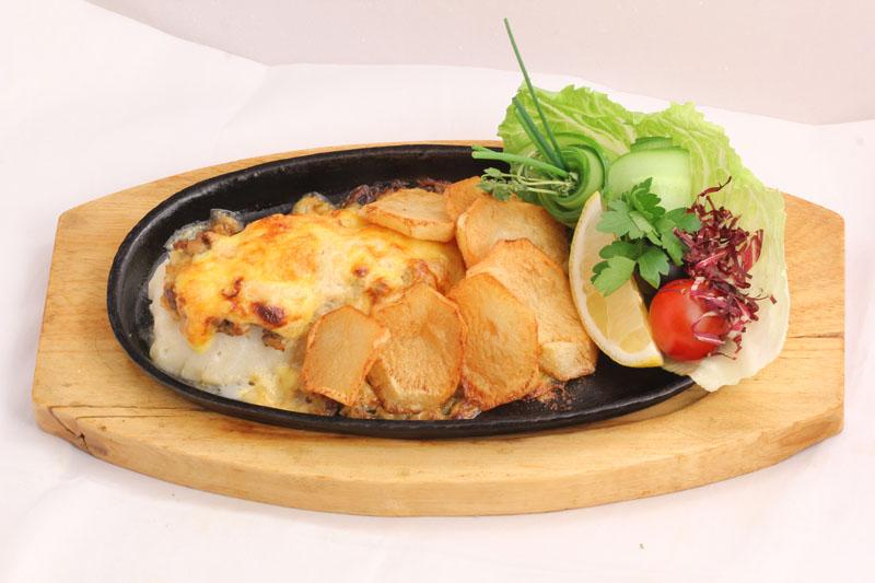 Судак с картофелем в грибном соусе