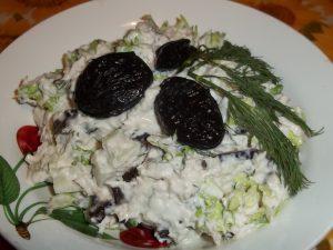 Салат «Нежность» с черносливом и сыром