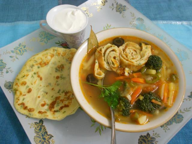 Оригинальный овощной суп с брокколи и с блинными роллами