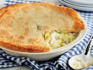 Открытый пирог с луком-пореем и сыром