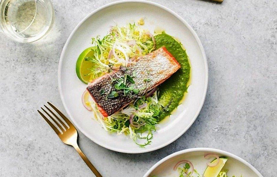 Жареный лосось с зеленым соусом чили и салатом фризе