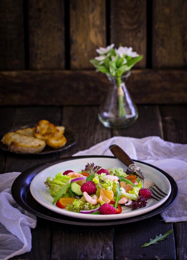 Салат с креветками, малиной и слабосоленым лососем