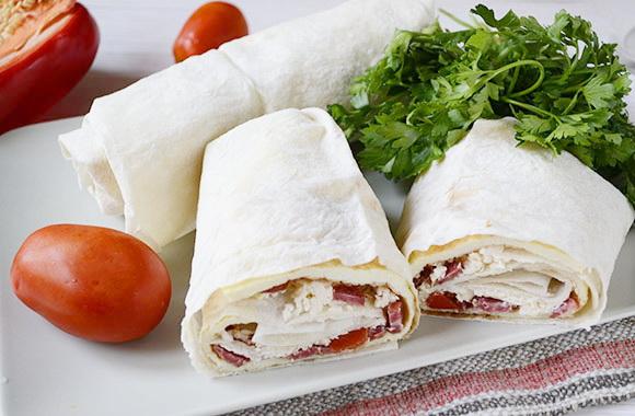 Омлет с колбасками и помидорами в лаваше — вкуснее чем шаурма