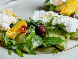 Салат с рикоттой и малиной