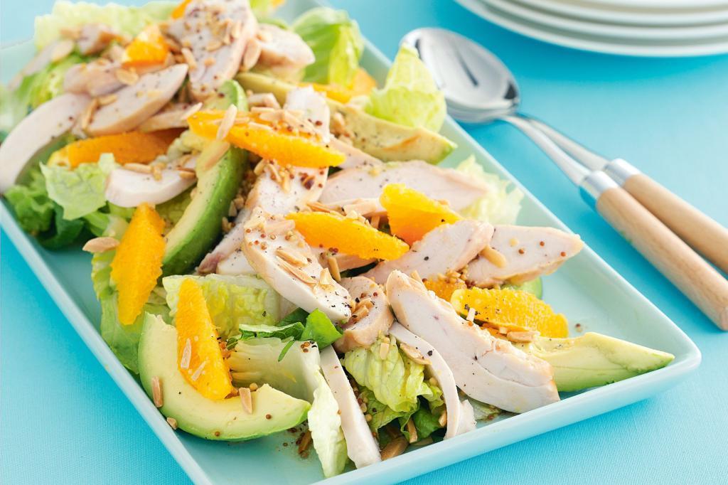 Свежий салат с курицей и авокадо