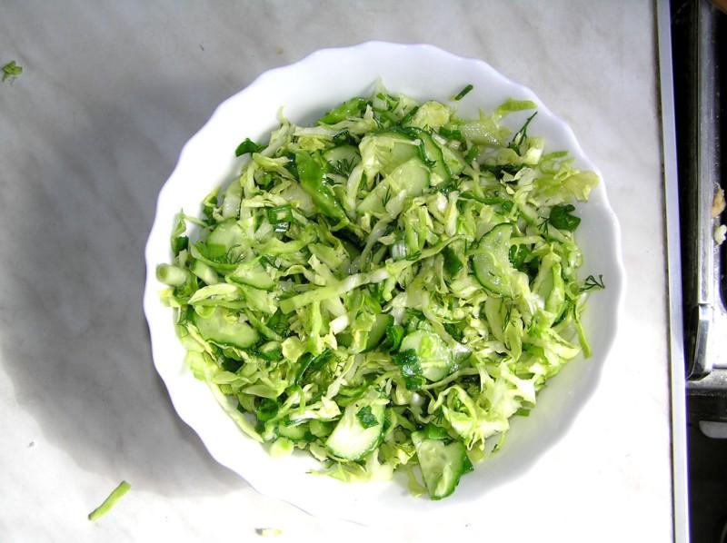 Вкусный салат из свежей капусты с огурцом