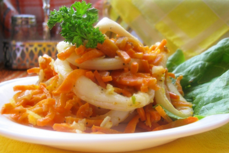 Кальмары тушеные с луком и морковью