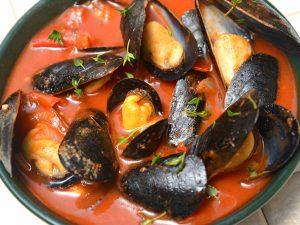 Мидии в томатном соусе с чесноком