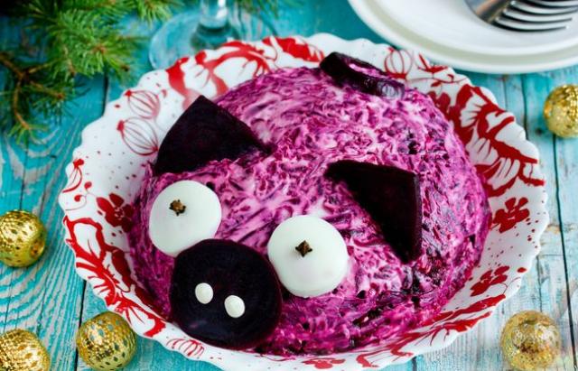 Новогодний салат: Селедка «под шубой» в форме свинки