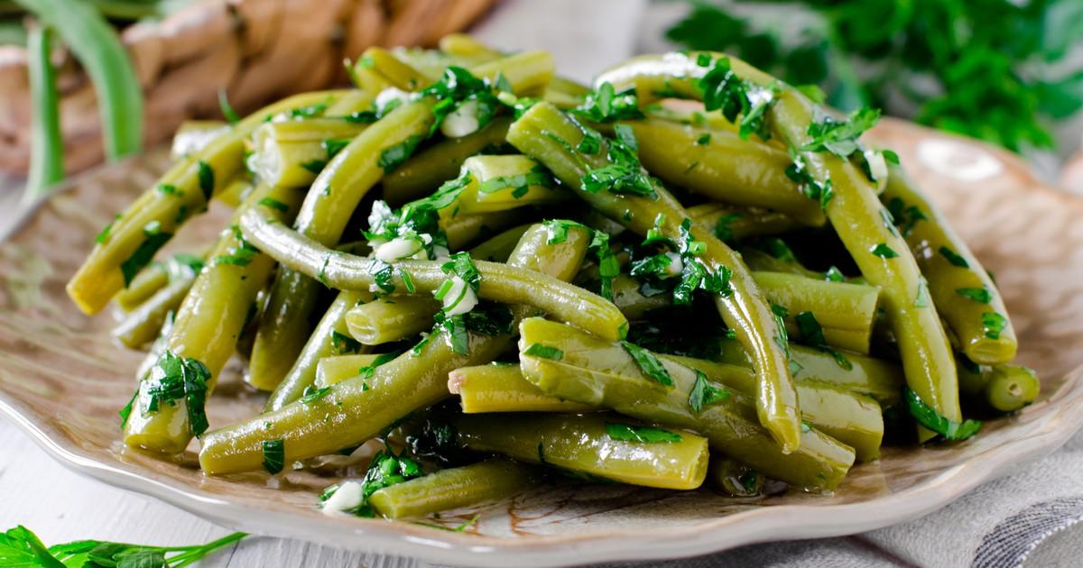 Спаржевая фасоль с чесноком и зеленью