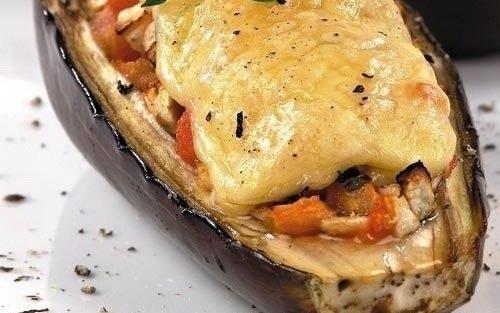 Баклажаны, запеченные с курицей под сыром