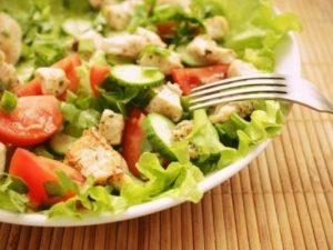 Легкий салат из свежих овощей и курицы