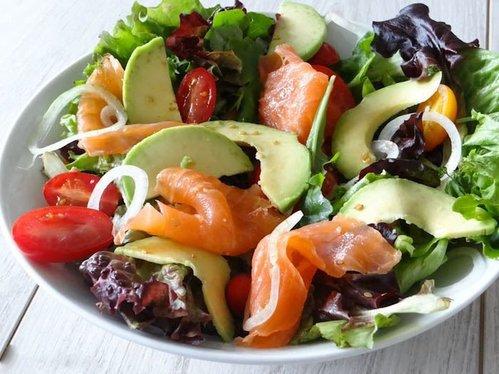 Диетический салат с красной рыбой