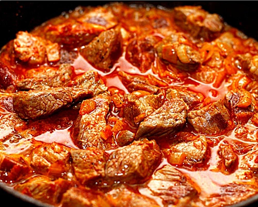 Гуляш из свинины с томатной подливкой