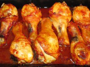 Куриные голени с персиками в духовке